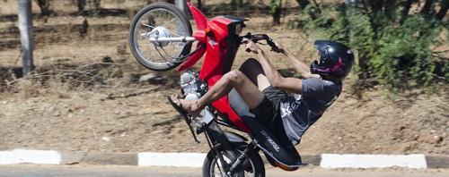 Empinando Moto