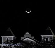 lua-e-as-torres-da-igreja